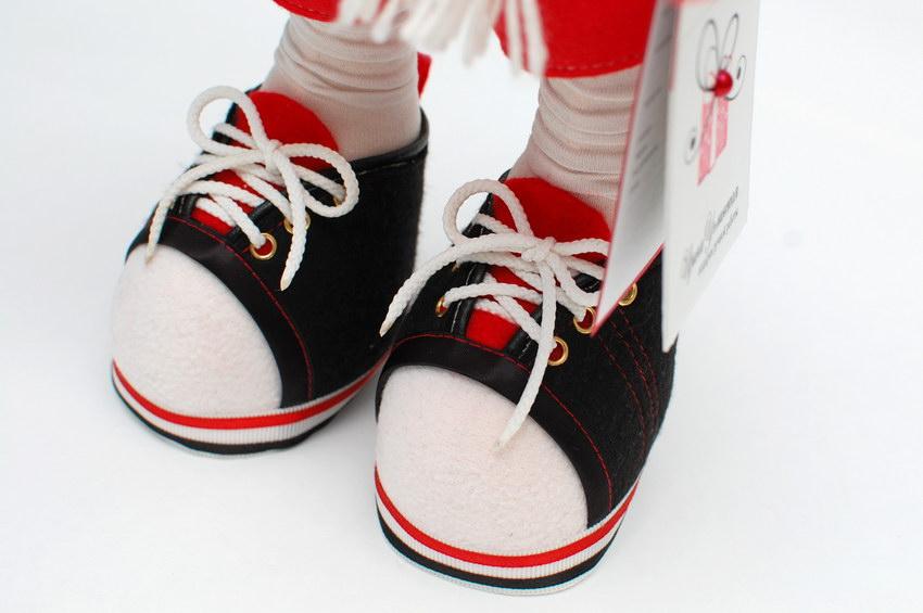 кеды на ногах текстильной куклы