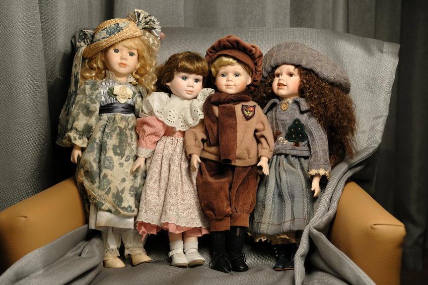 четыре фарфоровые куклы