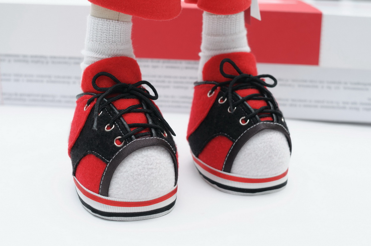 ноги текстильной куклы в кроссовках