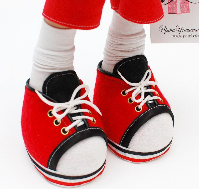 ноги куклы в красных кедах