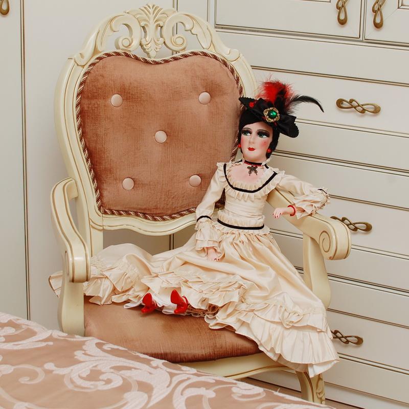 авторская будуарная кукла в интерьере на кресле