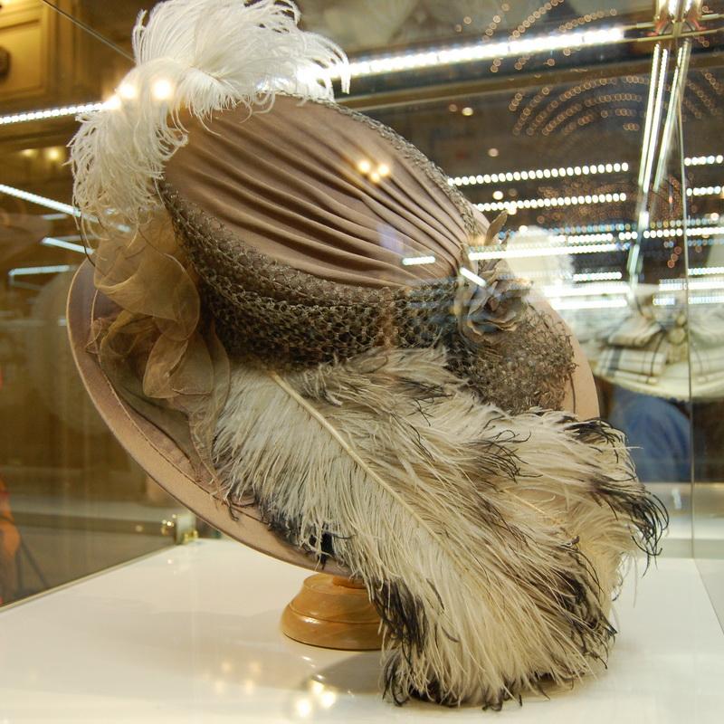 фотография шляпы с перьями