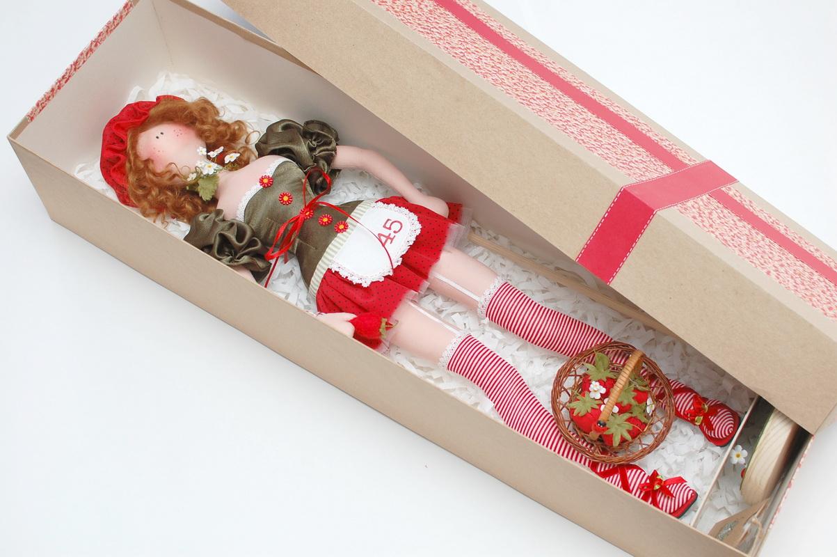 упаковка куклы в подарочной коробке
