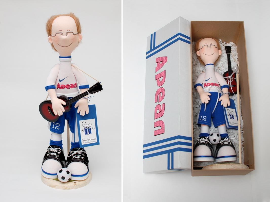 фотография куклы футболиста с большими ногами