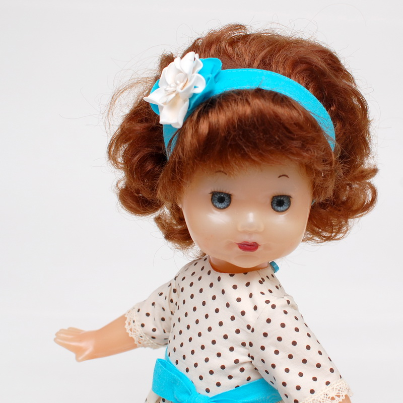 маленькая пластмассовая кукла