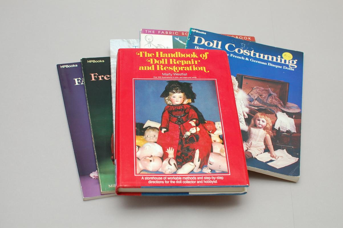 большое количество книг по антикварным и другим куклам