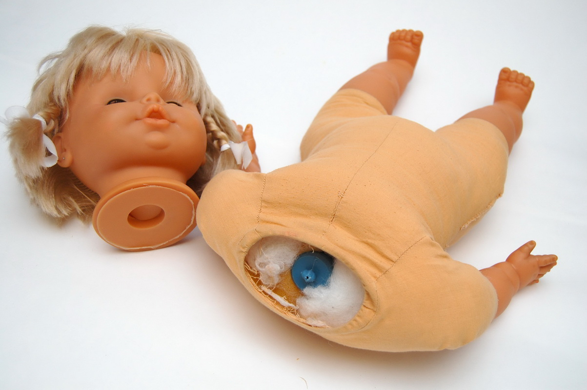 кукла в процессе ремонта