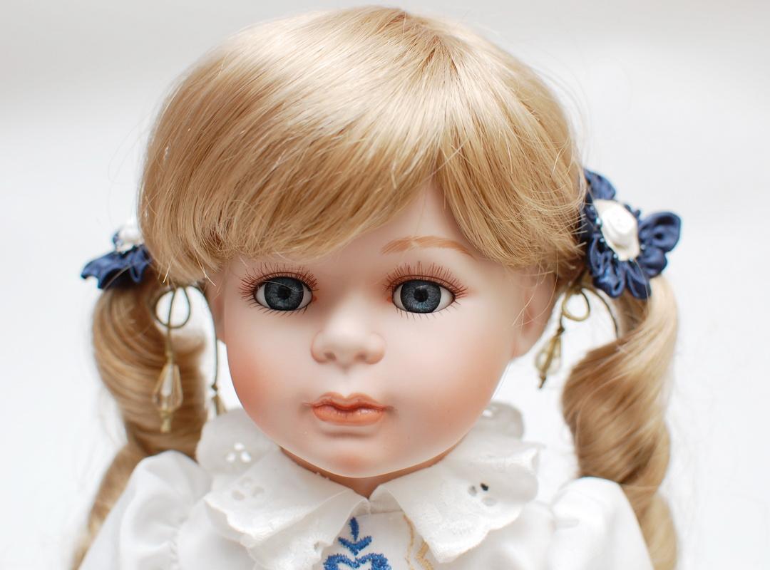 фарфоровая кукла с синими глазами