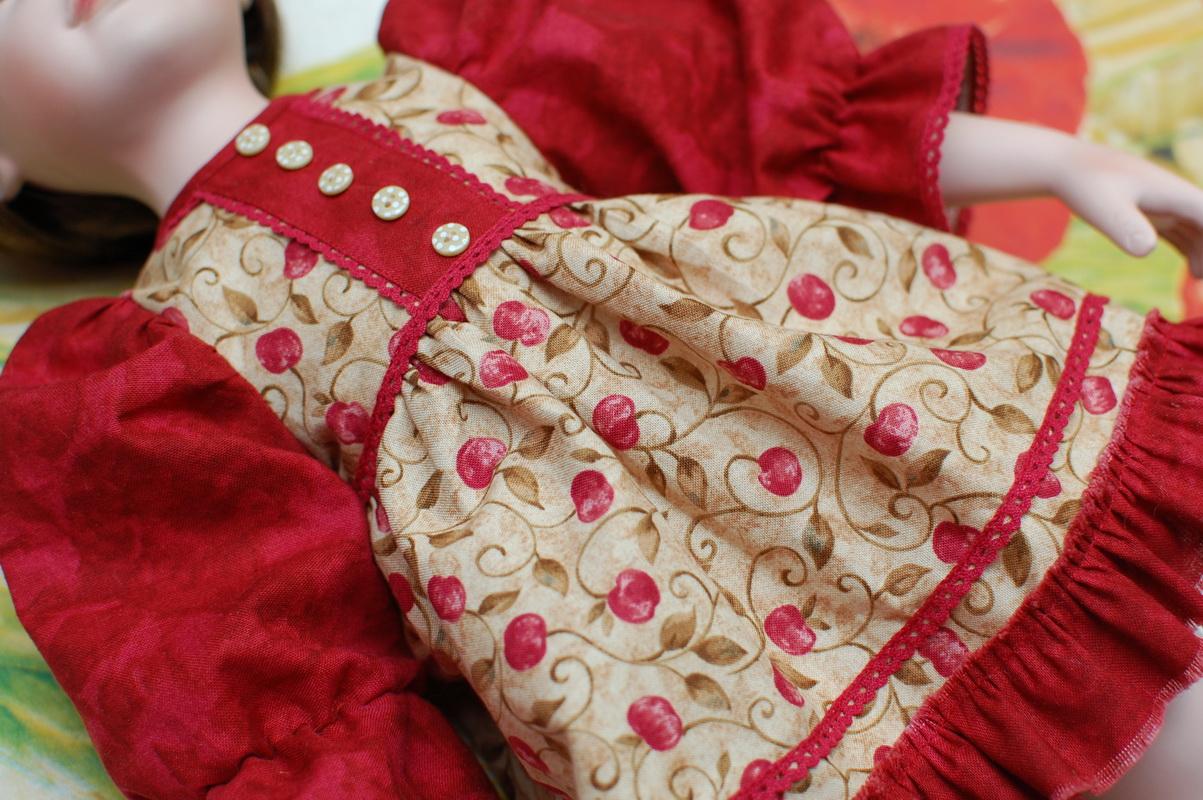 платье для фарфоровой куклы в процессе пошива