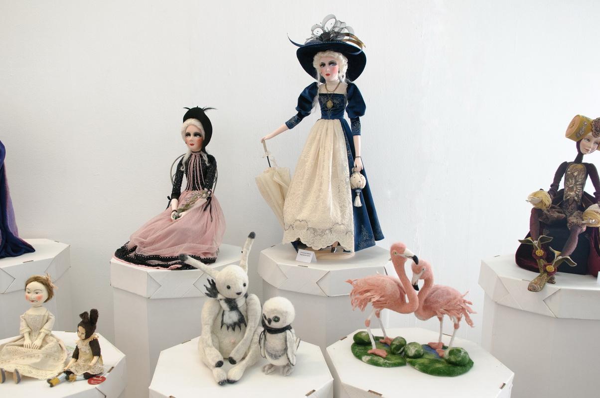 будуарные куклы на выставке в галерее вахтанов