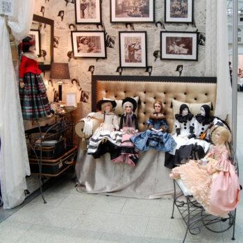 фотография с выставки искусство куклы в гостином дворе, будуарные куклы Ирины Углинской