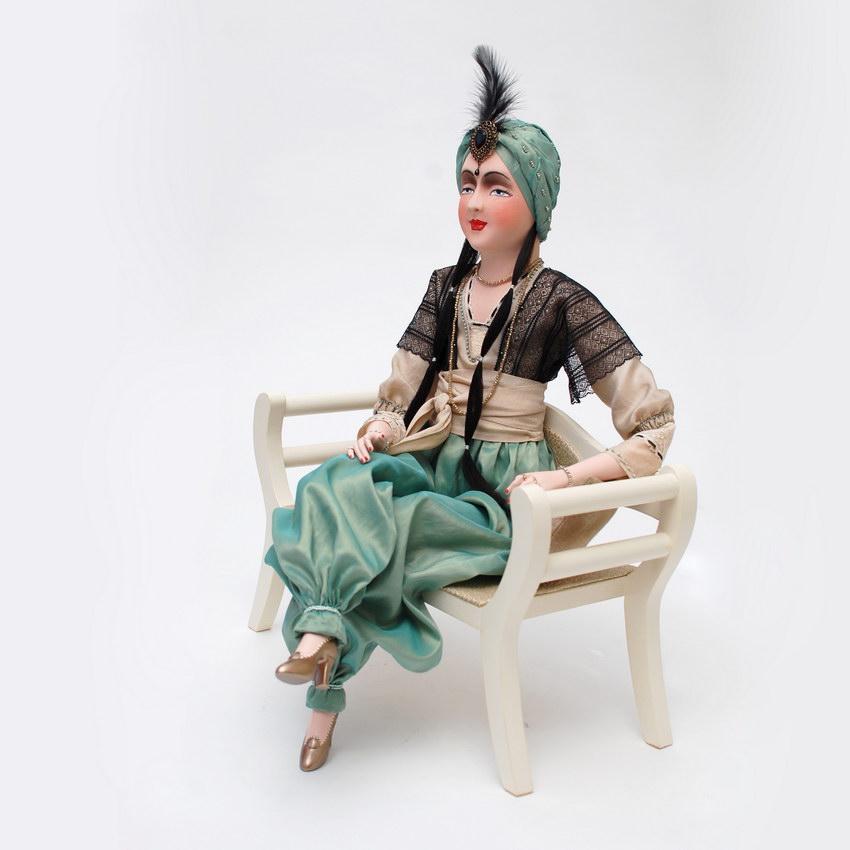 авторская будуарная кукла на диване