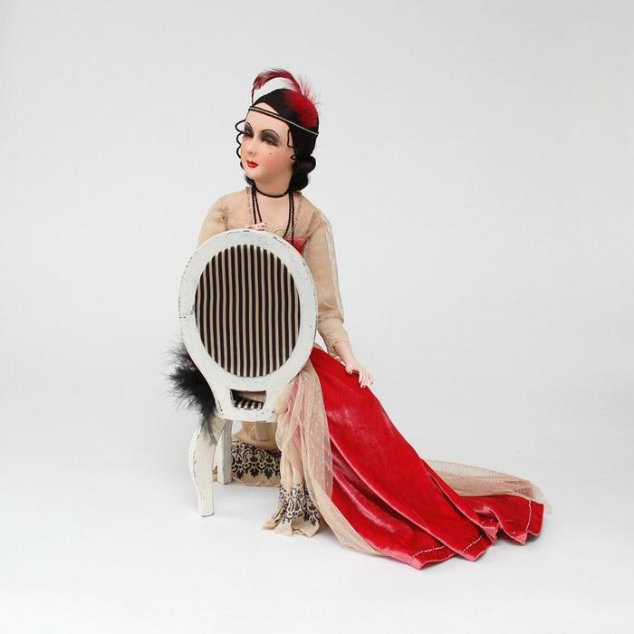 авторская текстильная будуарная кукла на стуле