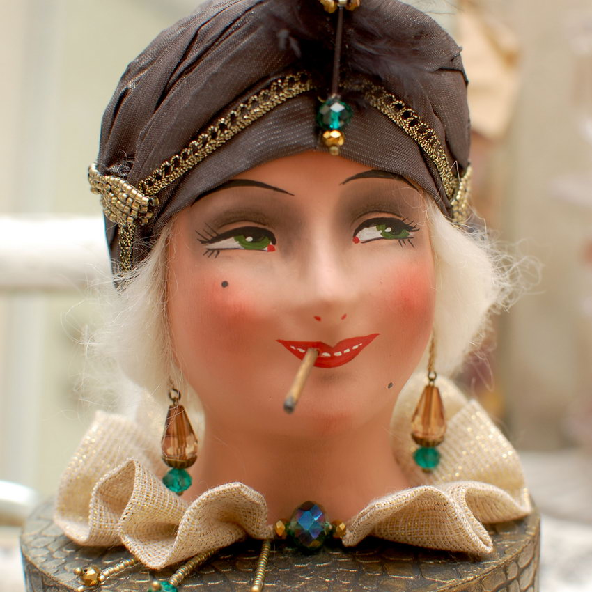 курящая кукольная голова